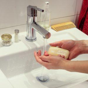 هل مطهر اليدين أفضل من الصابون والماء في منع الأنفلونزا؟
